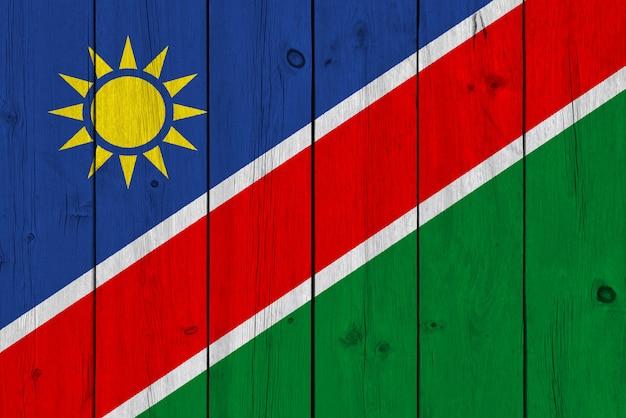 Vlag van namibië geschilderd op oude houten plank
