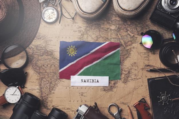 Vlag van namibië tussen traveler's accessoires op oude vintage kaart. overhead schot