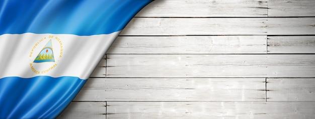 Vlag van nicaragua op oude witte muur