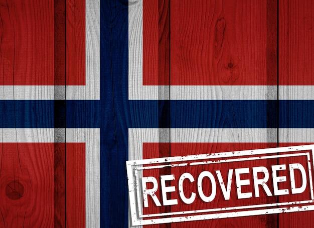 Vlag van noorwegen die de infecties van de coronavirusepidemie of het coronavirus heeft overleefd of hersteld. grunge vlag met stempel hersteld