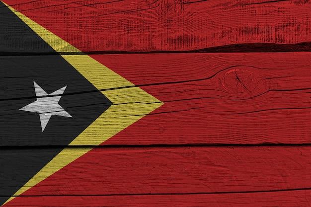 Vlag van oost-timor geschilderd op oude houten plank