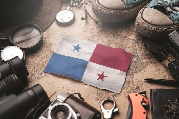 Vlag van panama tussen de accessoires van de reiziger op oude vintage kaart. toeristische bestemming concept.