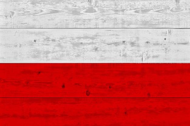 Vlag van polen geschilderd op oude houten plank