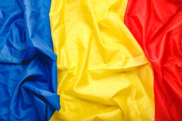 Vlag van roemenië achtergrond. roemeense vlag als symbool van democratie, patriot. close-up textuur roemeense vlag. stock foto