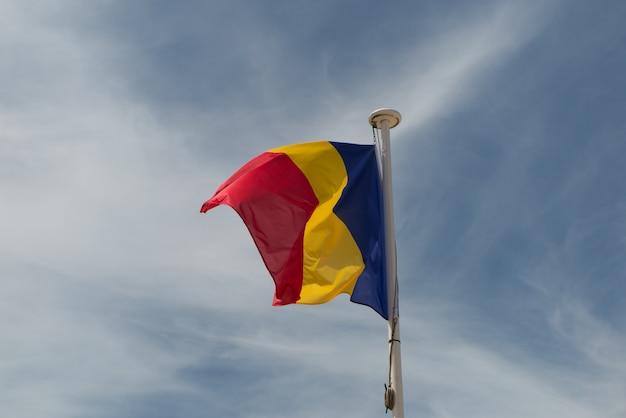 Vlag van roemenië onder de blauwe hemel