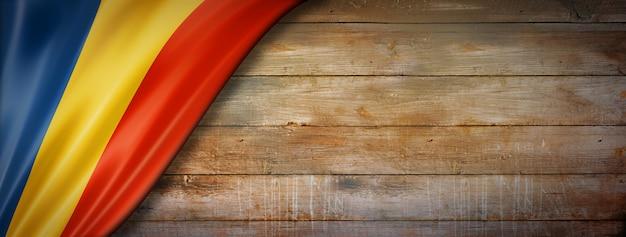 Vlag van roemenië op vintage houten muur. horizontaal panoramisch.