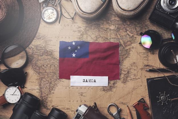 Vlag van samoa tussen accessoires van de reiziger op oude vintage kaart. overhead schot
