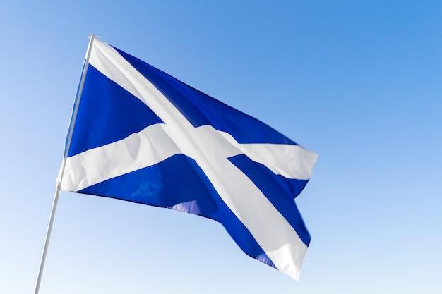 Vlag van schotland zwaaien tegen blauwe hemel