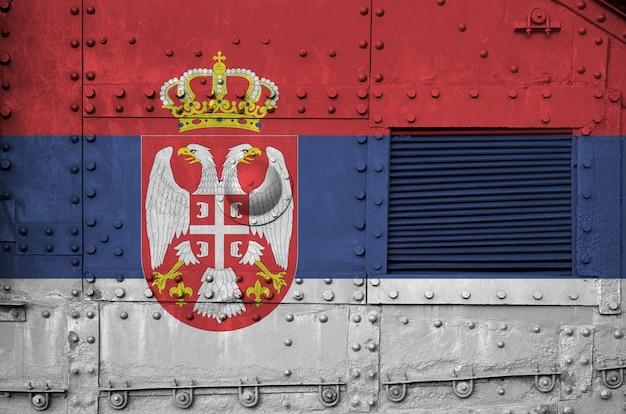 Vlag van servië afgebeeld op zijdeel van militaire gepantserde tankclose-up.