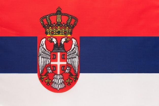 Vlag van servië nationale stof. symbool van internationaal europees wereldland.