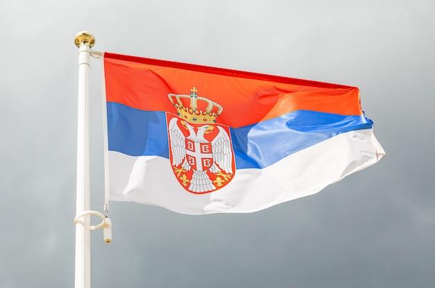 Vlag van servië op een vlaggetje voor de hemel