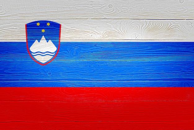 Vlag van slovenië geschilderd op oude houten plank achtergrond
