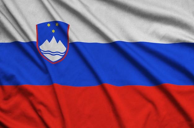 Vlag van slovenië met veel plooien.
