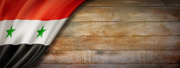 Vlag van syrië op vintage houten muur. horizontale panoramische banner.