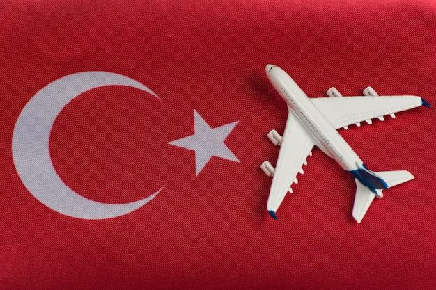 Vlag van turkije en speelgoed vliegtuig