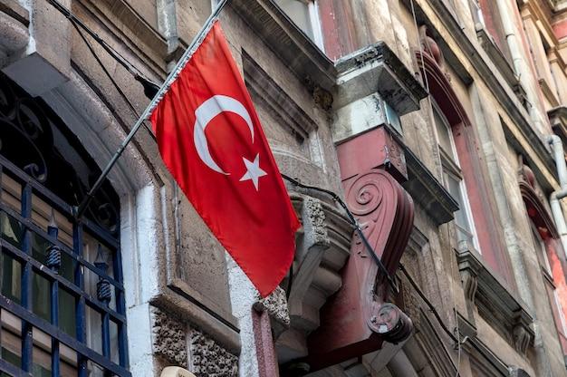 Vlag van turkije op de muur van een oud gebouw