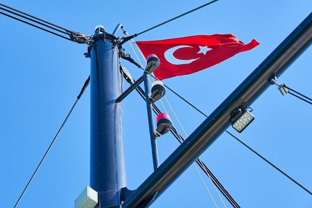 Vlag van turkije op het mastel van een schip