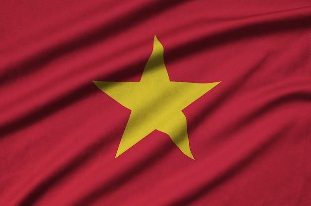Vlag van vietnam met veel plooien.