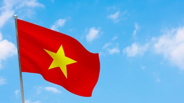 Vlag van vietnam op paal. blauwe lucht. nationale vlag van vietnam