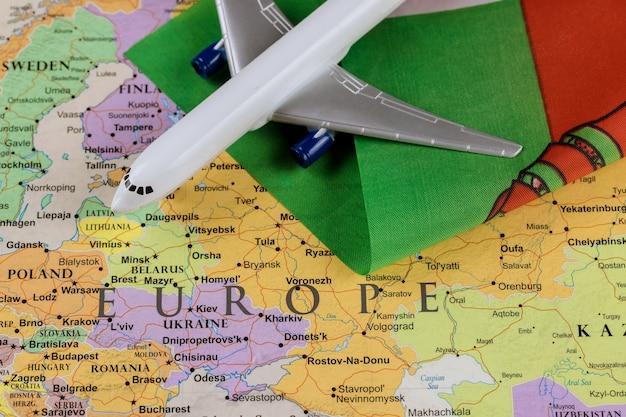 Vlag van wit-rusland op kaart van achtergrond met vliegtuig van toeristisch internationaal passagiersvervoer