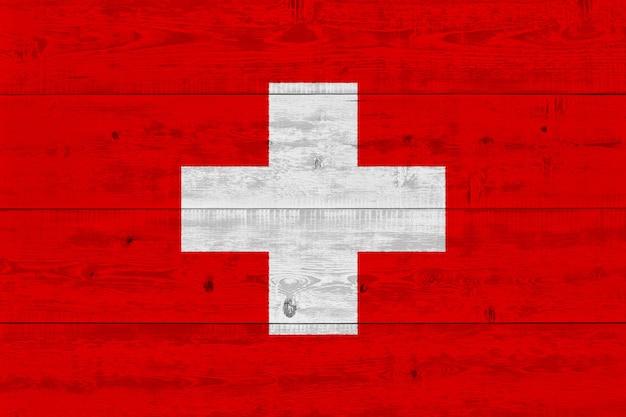 Vlag van zwitserland geschilderd op oude houten plank
