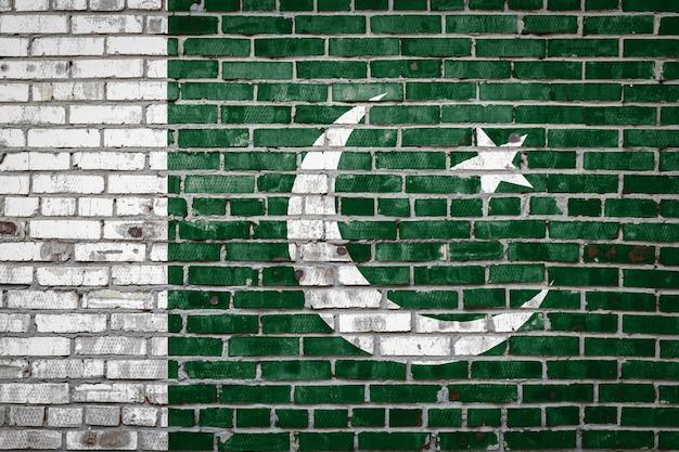 Vlagbanner op bakstenen muur