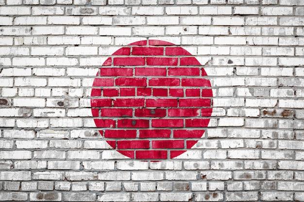 Vlagbanner op bakstenen muur.