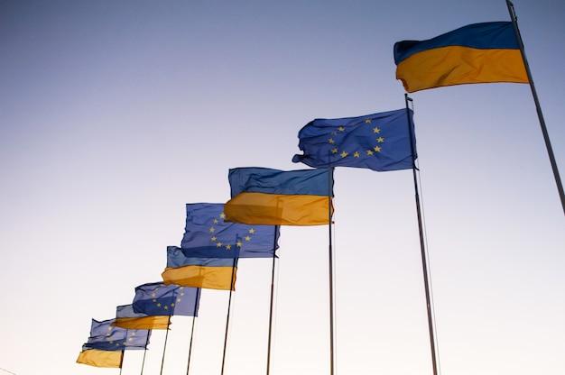Vlaggen tegen de hemel