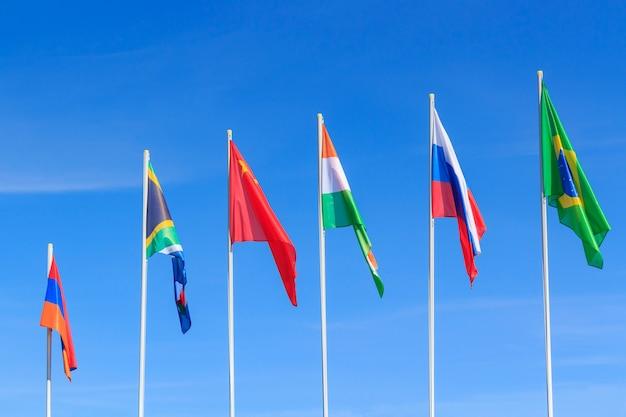 Vlaggen van brics-landen tegen blauwe hemel