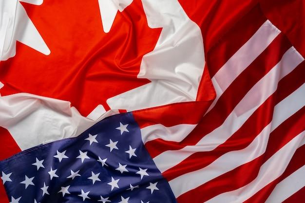 Vlaggen van canada en de vs zijn dicht in elkaar gevouwen