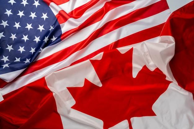 Vlaggen van canada en de vs zijn samengevouwen
