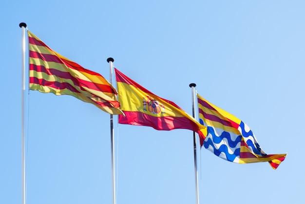 Vlaggen van catalonië, spanje en badalona