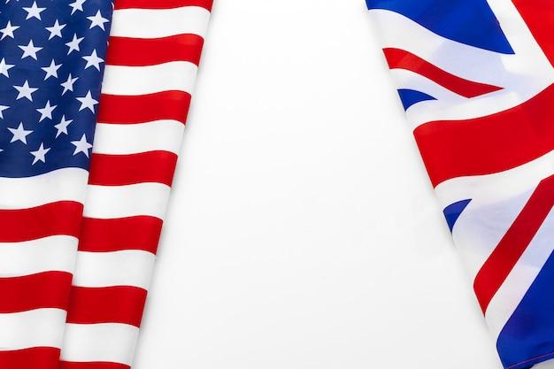 Vlaggen van de verenigde staten en de britse union jack-vlag zwaaien samen