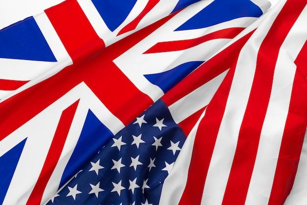 Vlaggen van de vs en de britse union jack-vlag zwaaien samen