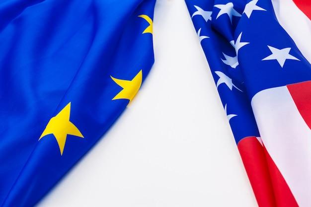 Vlaggen van de vs en de europese unie.