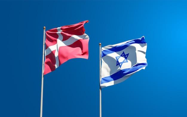 Vlaggen van denemarken en israël samen op hemelachtergrond