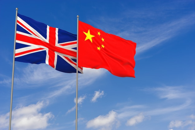 Vlaggen van het verenigd koninkrijk en china over blauwe hemelachtergrond. 3d illustratie
