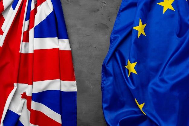 Vlaggen van het verenigd koninkrijk en de europese unie op grijs