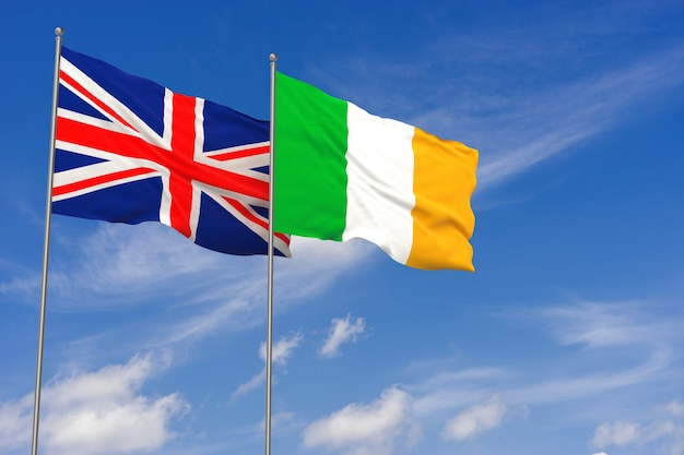 Vlaggen van het verenigd koninkrijk en ierland over blauwe hemelachtergrond. 3d illustratie