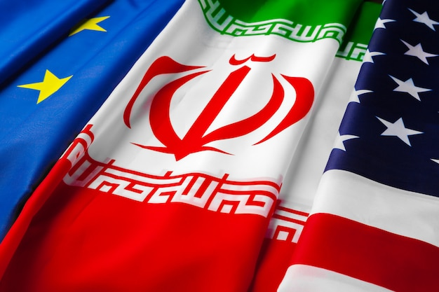 Vlaggen van iran, de europese unie en de vs samen