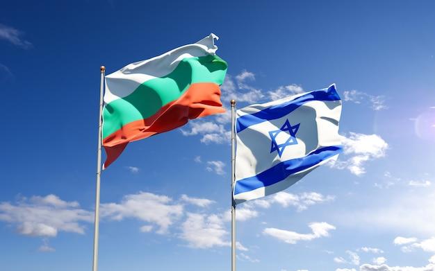Vlaggen van israël en bulgarije samen op hemelachtergrond