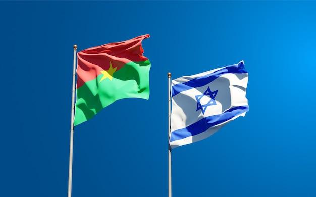 Vlaggen van israël en burkina faso samen op hemelachtergrond