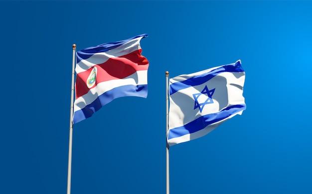 Vlaggen van israël en costa rica samen op hemelachtergrond