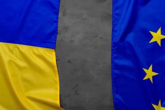 Vlaggen van oekraïne en de eu samengevouwen, kopie ruimte