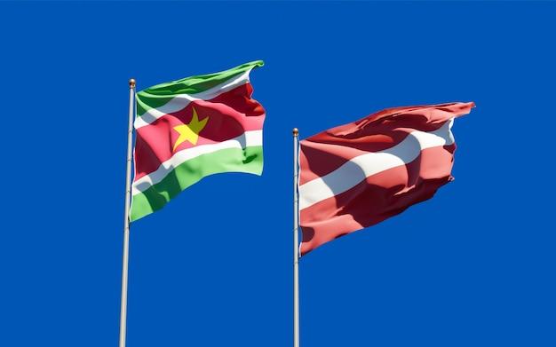 Vlaggen van suriname en letland. 3d-illustraties