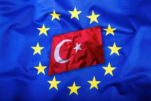 Vlaggen van turkije en de europese unie. turkse vlag en eu-vlag. vlag binnen sterren. wereld vlag concept.