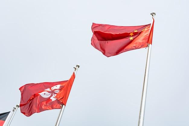 Vlaggen vliegen op vlaggenmasten
