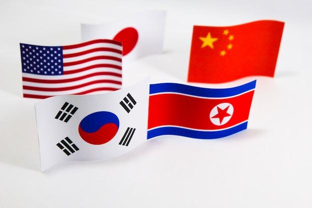 Vlaggen zuid-korea en noord-korea met witte achtergrond