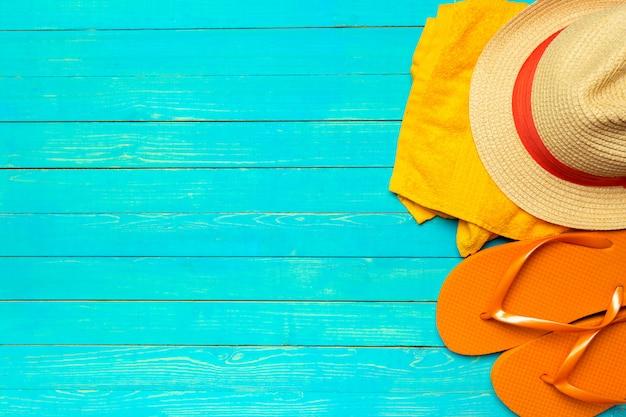 Vlak bij het strand liggen accessoires op blauw hout