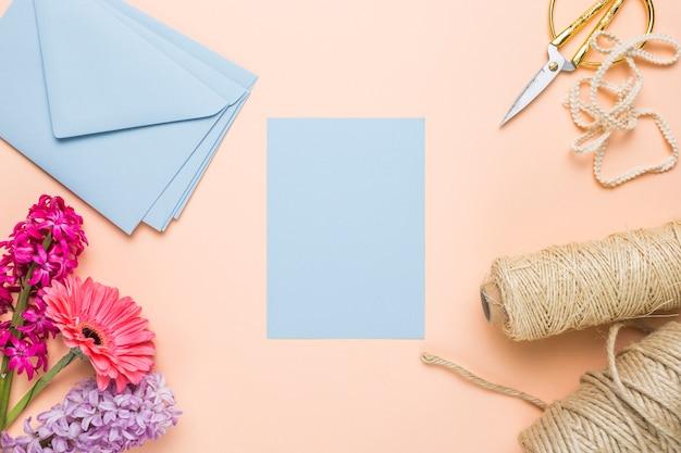 Vlak leg blauwe huwelijksuitnodigingen met enveloppen